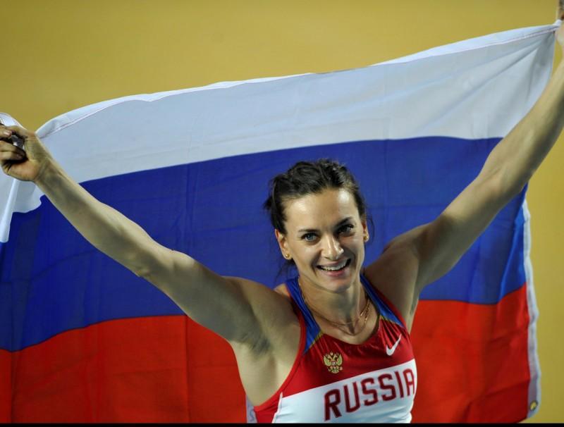 Ielena Isinbáieva, exhibint una bandera russa després d'un dels seus èxits Foto:REUTERS