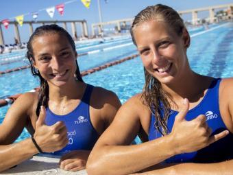 Roser Tarragó i Marta Bach, dins la piscina del CN Mataró, fan una salutació amb dedicatòria abans de volar cap a Rio Foto:ALBERT SALAMÉ