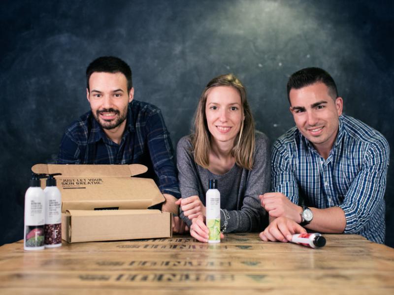 Els tres emprenedors de Freshly Cosmetics amb alguns dels productes que venen.  Foto:ARXIU