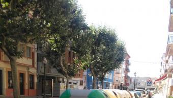 Contenidors al carrer Juli Garreta de Sant Feliu, ahir al matí Foto:J.T