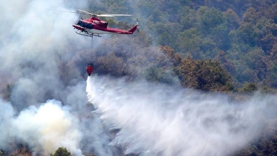 Tasques d'extinció de l'incendi declarat a Artana. Foto:AGÈNCIES