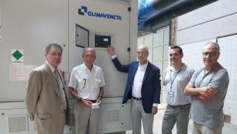 El president del Consorci Hospitalari de Vic, Jaume Portús, engegant el sistema de refrigeració de l'hospital, ahir Foto:A.A