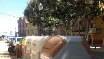 Un grup de contenidors situats del carrer Juli Garreta de Sant Feliu de Guíxols, que són responsabilitzat pel que fa a la neteja de l'empresa CEPSA Foto:J.T