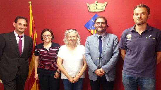 Membres de l'Ajuntament d'Avià, de l'ACA i de la constructora després de la reunió d'ahir al matí al consistori Foto:ACA