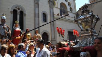 Les relíquies de les Santes passant davant els gegants a la plaça de Santa Maria Foto:M.C.