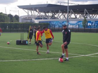 Pablo Machín , durant l'entrenament de dimecres a la tarda a la ciutat esportiva del Manchester City, amb l'Etihad al fons Foto:X.M