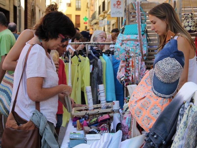 Botiguers de Tremp participen en la jornada Botigues al Carrer, per promocionar el comerç del municipi, l'agost passat.  Foto:LLORENS UBACH / ARXIU