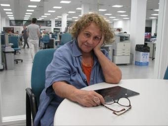 L'escriptora, el dia de l'entrevista a la redacció d'El Punt Avui a Girona Foto:ÒSCAR PINILLA