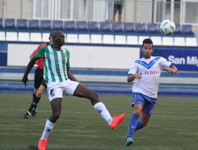 Mamau (esquerra), disputant una pilota contra Uri (Europa) durant el partit d'ahir Foto:CE EUROPA