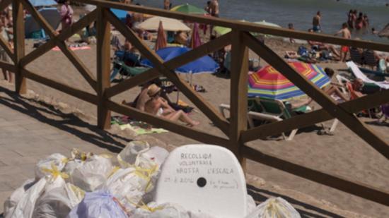 Els voluntaris van deixar durant una estona les deixalles recollides en un punt transitat per explicar la seva acció Foto:EPA