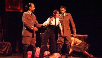 Una escena de 'Revolution' de la companyia I per què no?, ahir al Teatre Municipal Foto:JOAN SABATER