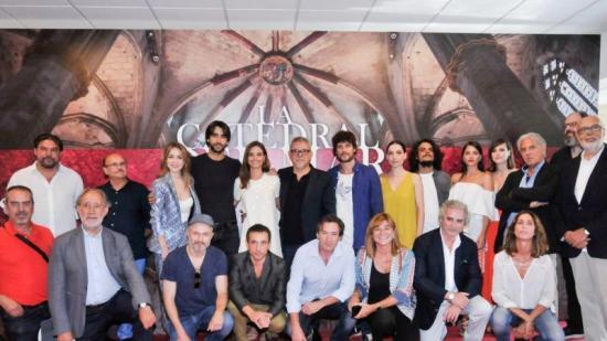 Foto de família del repartiment i responsables d'una gran superproducció que mobilitzarà 150 actors durant els cinc mesos de rodatge. Foto:ANTENA 3