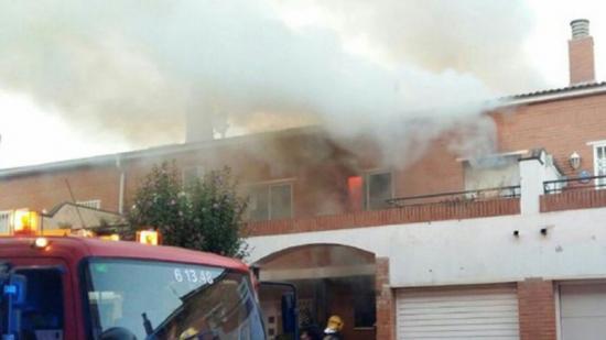 Fins a cinc dotacions dels efectius Bombers de la Generalitat van participar en l'extinció del foc, molt violent Foto:BOMBERS