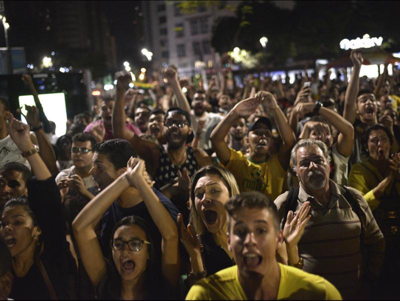 Seguidors brasilers, celebrant el triomf de la seva selecció olímpica en la final de Rio Foto:EFE