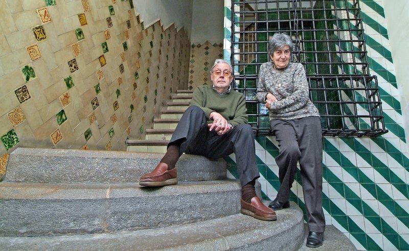 Imatge de Narcís-Jordi Aragó i Mercè Huerta, a l'escala d'entrada a casa seva, l'actual Fundació Masó.