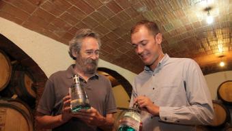 Codina i Masoliver a la seu de Ratafia Russet, mostrant la Gin Volcànic. Foto:JOAN SABATER