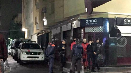 Agents dels Mossos i la Policia Local fent un control al carrer Monturiol. Foto:AJ. CALAFELL