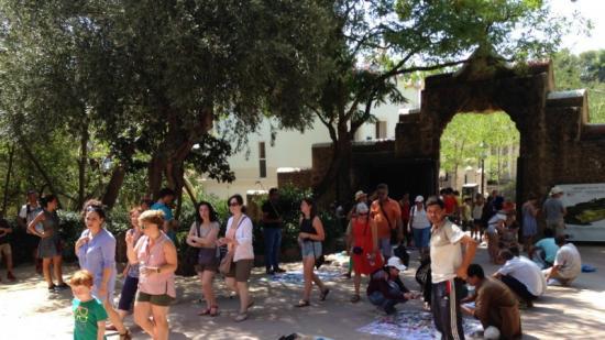 Un grup de venedors ahir al migdia davant un dels accessos laterals al parc a través del carrer Olot Foto:F.E