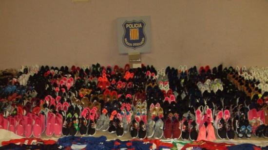 Més de 2.000 articles falsificats valorats en uns 20.000 euros van ser comissats en el pis de Coma-ruga. Foto:CME