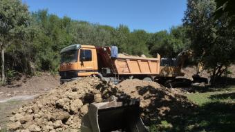Un camió i una màquina treballant en el moviment de terres per fer el parc. Foto:R. E