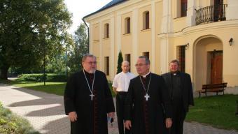 Mossèn Soszinski, en segon terme a la dreta, va acompanyar al 2011 l'arquebisbe de Tarragona, Jaume Pujol, a Varsòvia Foto:Arxiu