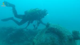 Un submarinista de la Guàrdia Civil inspeccionant l'artefacte Foto:GENÍS PINART (PROTECCIÓ CIVIL) / GUÀRDIA CIVIL
