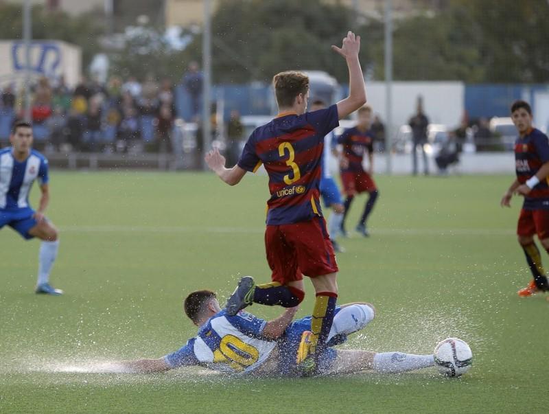 Una acció del partit entre l'Espanyol i el Barça disputat a la Ciutat Esportiva Dani Jarque Foto:FERRAN CASALS