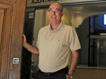 Jordi Mir a l'entrada de l'Ajuntament de Cabrera de Mar en una imatge d'arxiu Foto:JUANMA RAMOS