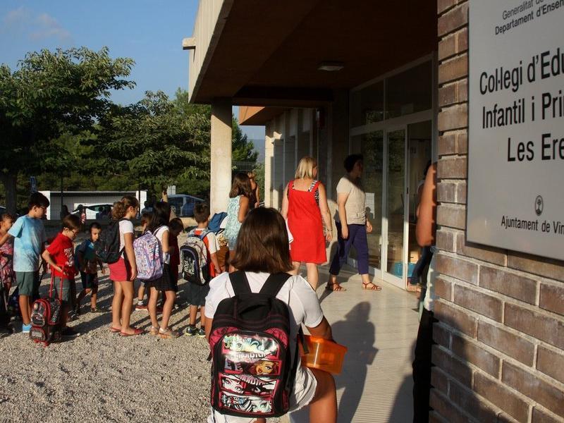 Alumnes a l'entrada de l'escola de Vinebre. Foto:JORDI MARSAL / ACN