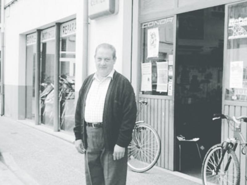 Pere Llach, davant el seu taller del carrer Petit de Sarrià de Ter, en una foto del 2004 Foto:PARLEM DE SARRIÀ