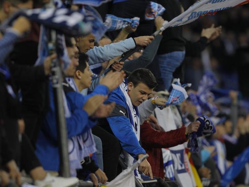Aficionats periquitos animant l'equip blanc-i-blau en un partit a l'estadi Foto:F.C