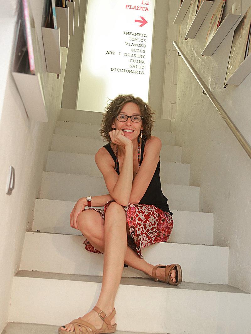 Imatge de la Irene Tortós, que gestiona la llibreria que van fundar els seus pares des del 2009.