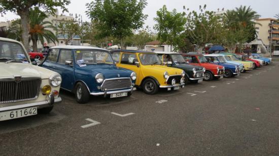 Alguns dels vehicles exposats a la 19a Fira Retro Motor Foto:AJUNTAMENT DE CASTELL-PLATJA D'ARO