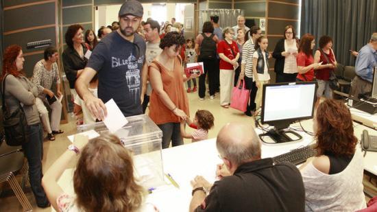 El saó de plens de l'Ajuntament de Salt, habilitat ahir com a espai de votació, amb dues urnes i llargues cues Foto:lluís serrat