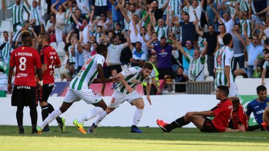 Rodri celebra un dels dos gols que va marcar ahir, davant la desesperació del Nàstic Foto:JOSÉ MARTÍNEZ / EL DÍA DE CÓRDOBA