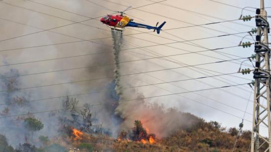 Un helicòpter participant en les tasques d'extinció ahir a Collserola Foto:JUANMA RAMOS