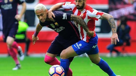 Neymar té la responsabilitat de posar-se l'equip a l'esquena i fer oblidar la mementània absència de Messi. Foto:ANDER GILLENEA / AFP