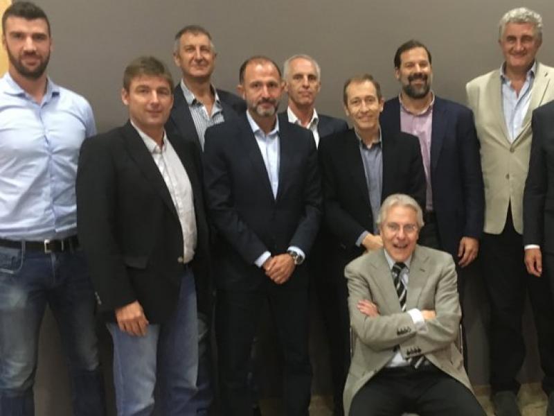 Història viva del bàsquet: Miralles, Jofresa, Jiménez, Bueno, Beirán, Llorente, Reyes, Romay, Cebrián i Epi amb Deulofeu Foto:X.B