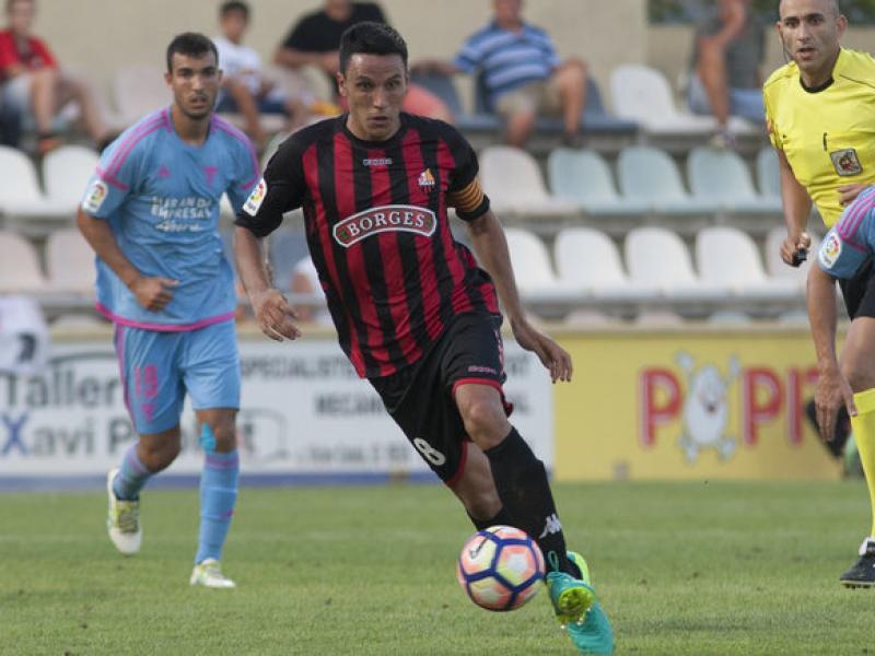 Ramon Folch condueix la pilota durant el partit contra el Mirandés d'aquesta temporada al municipal roig-i-negre Foto:TJERK VAN DER MEULEN