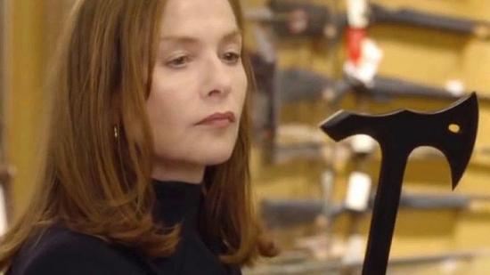 Isabelle Huppert es prepara per defensar-se en cas que torni a venir l'emmascarat que la va violar a casa seva COM_EPANOTICIES_FOTO:AVALON