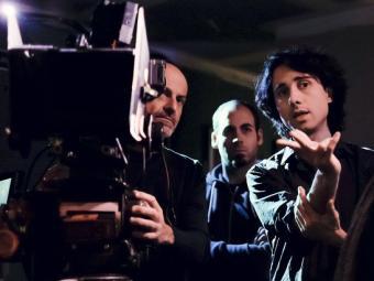 Jonás Trueba dóna instruccions a l'equip tècnic i als actors durant el rodatge de 'La reconquista' Foto:JORGE FUEMBUENA/CINE BINARIO