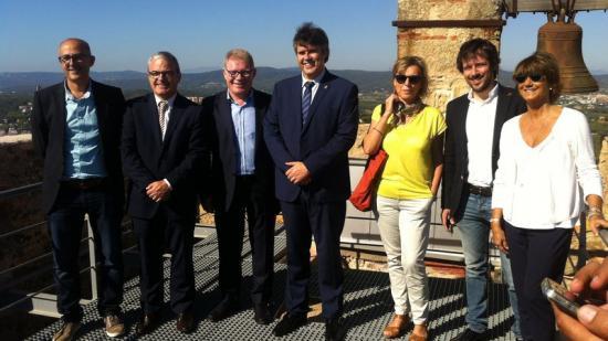 Representats de les institucions culturals i polítiques, ahir al Far de Sant Sebastià durant la presentació Foto:J..T