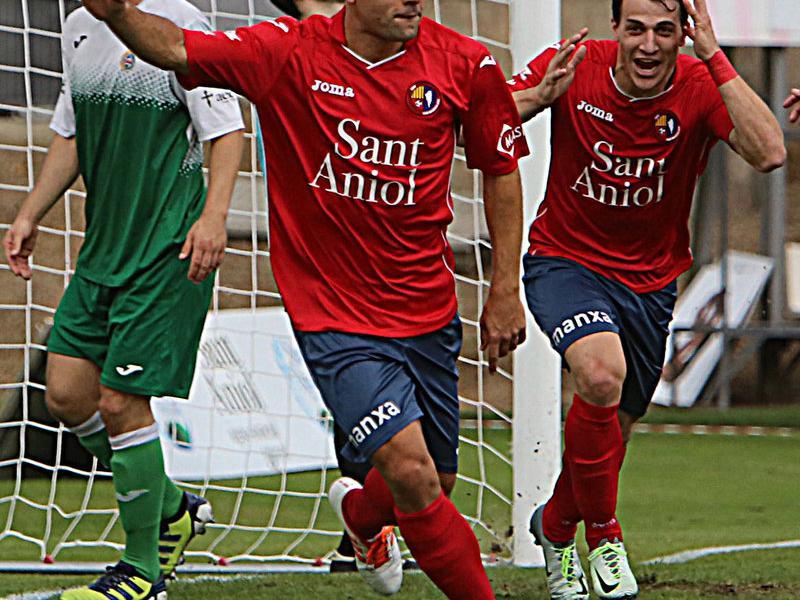 Marc Mas celebra el 2-0 en el partit d'ahir Foto:MANEL LLADÓ