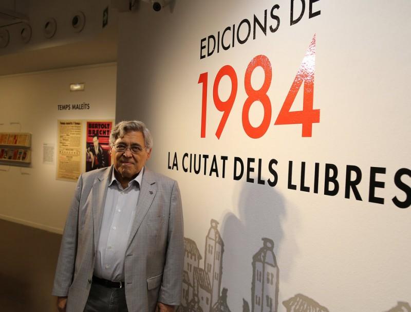 Josep Cots a l'exposició '1984 La ciutat dels llibres', a la biblioteca Jaume Fuster, el dia de la seva inauguració, dijous passat Foto:ORIOL DURAN