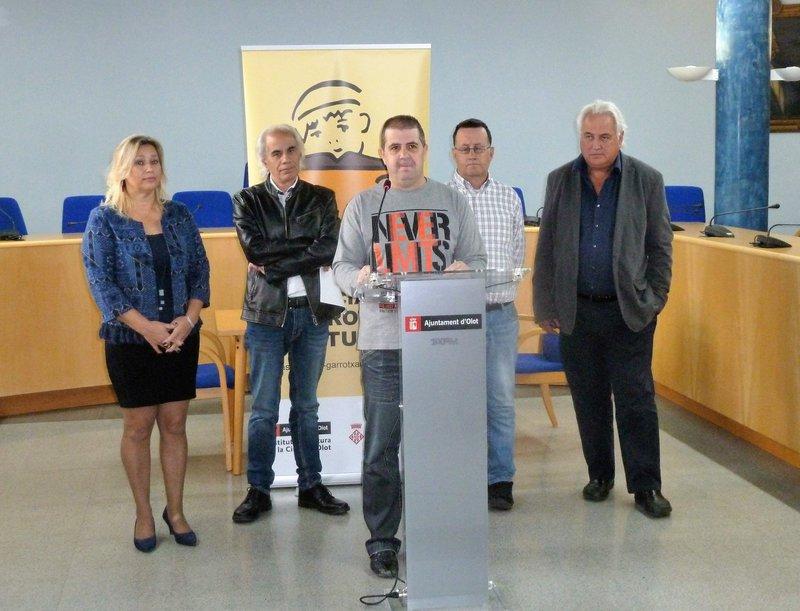 Imatge dels responsables de l'entitat, amb l'alcalde d'Olot.