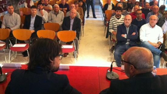 D'esquerra a dreta, Ricard Font i Josep Maria Rufí, ahir davant els alcaldes Foto:J. TRILLAS
