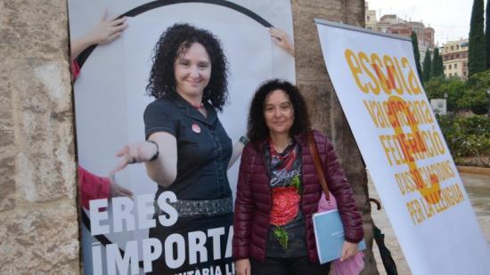 Una de les voluntàries del programa d'Escola Valenciana. Foto:EL PUNT AVUI