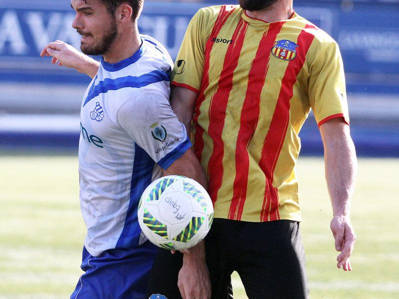 Xavi Civil i Noguera es disputen una pilota, en un moment del derbi d'ahir al Nou Sardenya Foto:ÀNGEL GARRETA / CE EUROPA