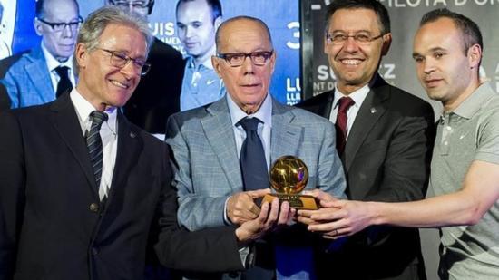 Luis Suárez va cedir l'any passat al Museu del FC Barcelona el trofeu de la Pilota d'Or que va guanyar el 1960. En aquell acte d'entrega, també hi van participar Ramon Alfonseda, Josep Maria Bartomeu i Andrés Iniesta Foto:FCB