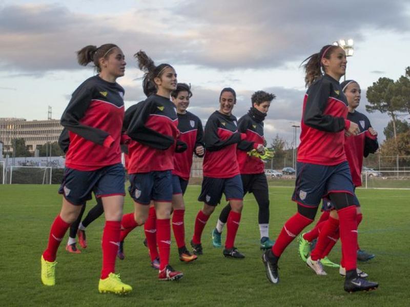 Les jugadores de la selecció en un moment de l'entrenament que van fer ahir al CAR de Sant Cugat Foto:ÀLEX GALLARDO / FCF